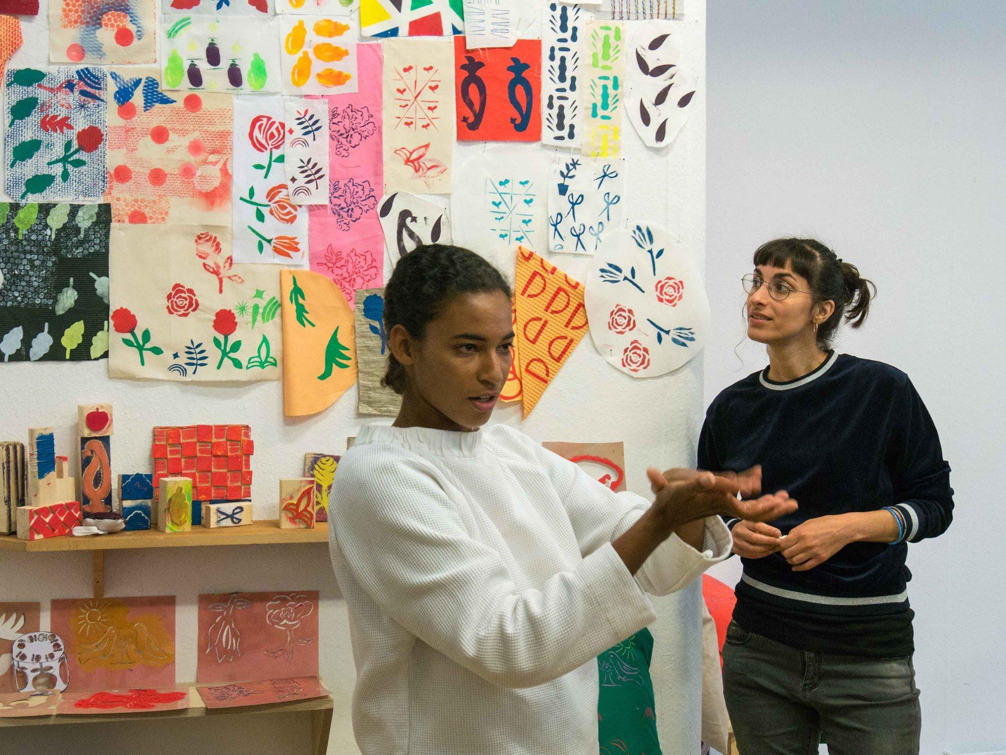 ARRIVO-Teilnehmerinnen präsentieren Nähstücke und Textildrucke